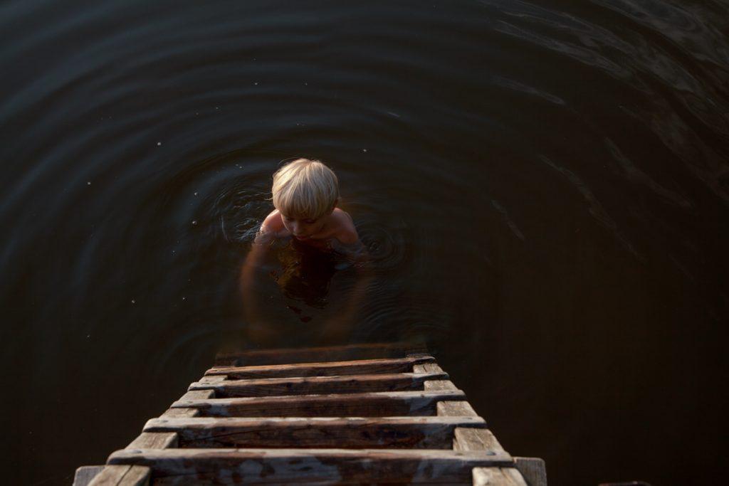 lena maria loose fotografie photography kind wasser dunkler see dark lake child water leiter