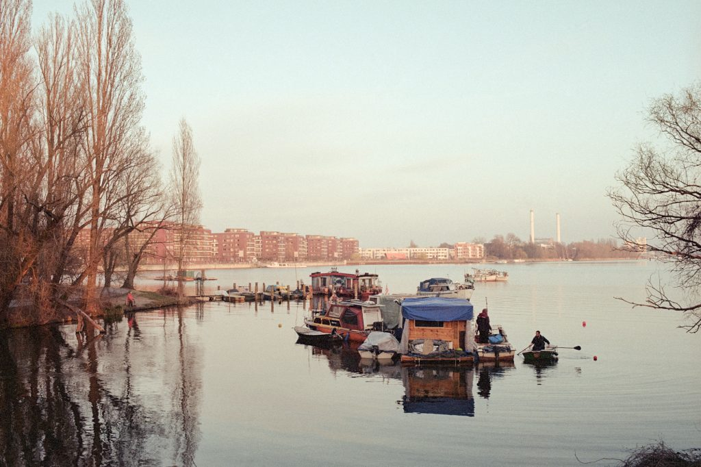 BUCHT Serie Lena Maria Loose, Abschlussarbeit Ostkreuzschule für Fotografie, 2019, Klasse Ludwig Rauch, Rummelsburger Bucht Berlin